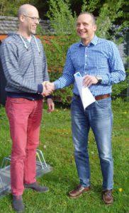 Übergabe des AMS Zertifikat durch Herrn Patrick Schlembach von der BG-Bau (links) an Herrn Johannes Traub